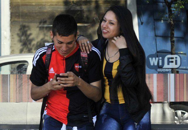 Una demostración de amor y también una foto que merece imitarse en esta ciudad atravesada por dos pasiones futboleras.