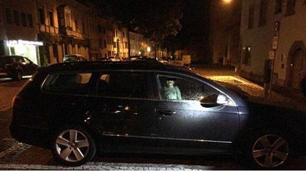 El niño quedó aterrado dentro del auto mientras la madre se fue de fiesta.