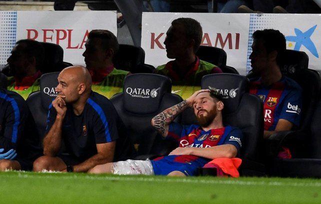 Imagen elocuente. Messi se lamenta por la lesión sufrida en el aductor derecho.
