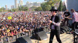 Maxi Trusso ante una multitud frente al Monumento a la Bandera.