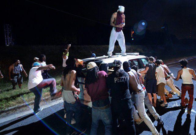 furia. Jóvenes negros destrozan un vehículo policial en Charlotte