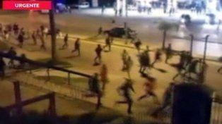 desbande. Los concurrentes huyen de la fiesta entre las balas por las calles de Moreno