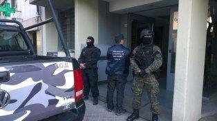 Efectivos de la policía antidrogas custodian el domicilio de 3 de Febrero al 2300