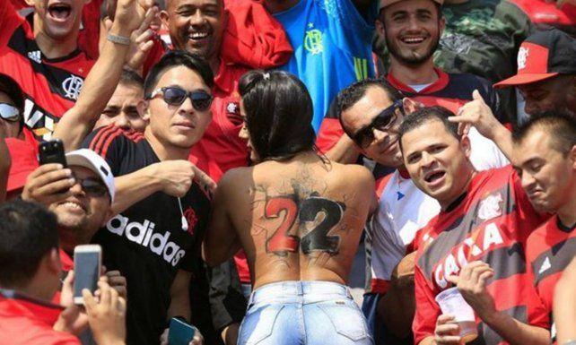 Hizo un topless en plena tribuna de Flamengo y enloqueció a todo el estadio