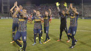Los jugadores canallas celebran junto a los hinchas la victoria ante Deportivo Morón