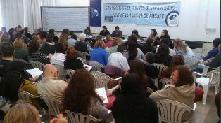 Los docentes santafesinos sesionaron en asamblea en la capital provincial.