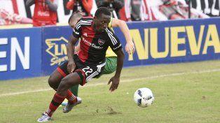 El peruano Luis Advíncula quedó en medio de una polémica por su doble contrato.