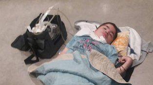 La conmovedora imagen de un chico argentino en Londres: perdieron su silla de ruedas y pasó horas en el suelo