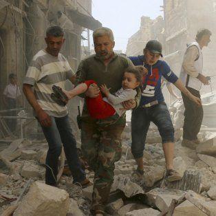 Bombazo. En esta foto de archivo de este año en la ciudad siria de Aleppo, una niña es rescatada de los escombros después de un ataque aéreo. ¿Hasta cuándo?