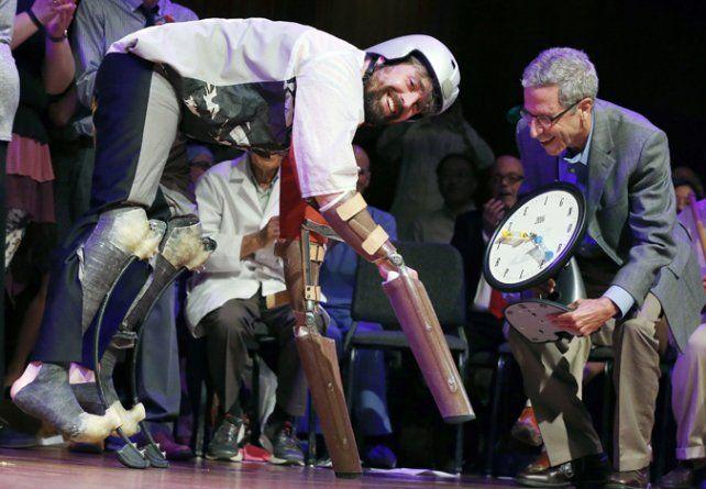 Cómico. Charles Foster con sus prótesis para estudiar a las cabras.