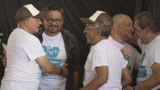 Respaldo unánime. Los máximos líderes de las Farc se abrazan tras ratificar el pacto sellado con el gobierno.