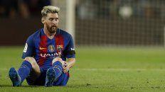 Sentado en el césped. Así quedó Lionel Messi tras resentirse de una lesión que lo deja afuera de las canchas.