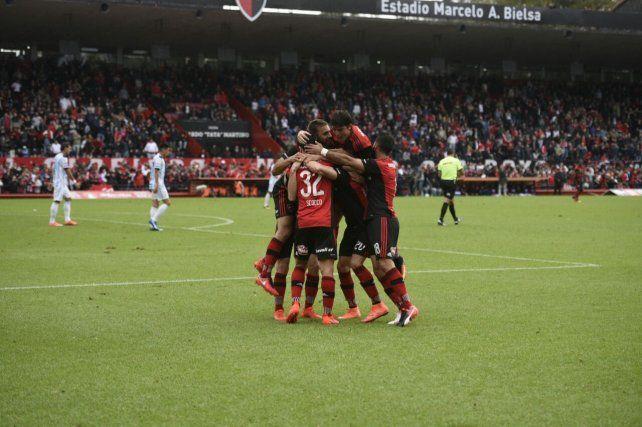 Todos los abrazos son para Nacho Scocco que marcó el primer gol de la lepra.