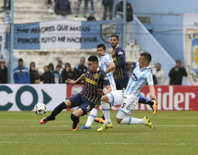 Washington Camacho trata de controlar el balón ante la marca de dos jugadores de Rafaela.