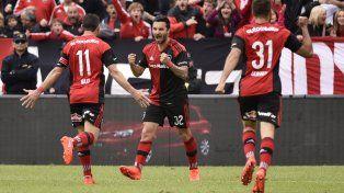 Scocco grita el primer gol con alma y vida. Maxi y Quignón se suman al festejo.