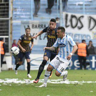 Mauricio Martínez intenta apoderarse del balón.