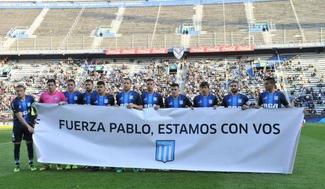 El plantel de Racing le dedicó una bandera a Pablo Alvarez: Estamos con vos