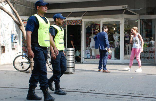 Prevención. Binomios de policías recorren el área central de la ciudad.