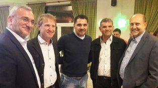 Juntos. Perotti y Calvo (derecha e izquierda) con dirigentes deportivos.