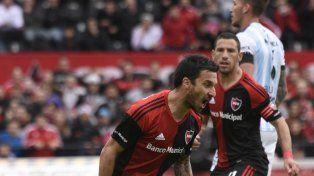 Nacho. Scocco grita con alma y vida el primer gol de Newells mientras Maxi lo mira.