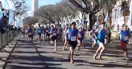 Se corre por avenida Belgrano el tercer maratón por el Día del Empleado de Comercio
