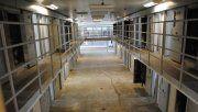Compró una vieja cárcel y ofrece a los turistas vivir como un preso por 100 dólares la noche