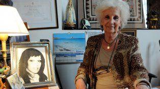 Estela de Carlotto en la sede de Abuelas y junto al retrato de su hija Laura