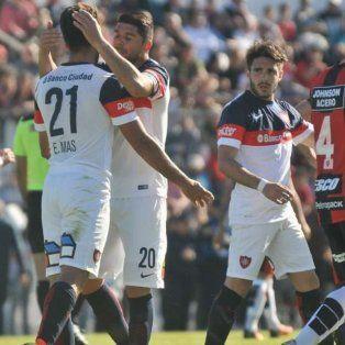 Emmanuel Mas lamenta el gol en contra. Luego lograría el empate.