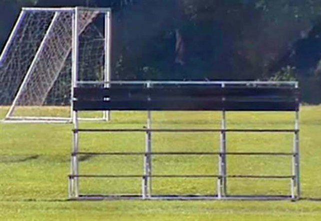 terrible. El arco se cayó el sábado en el Complejo Deportivo La Iguana