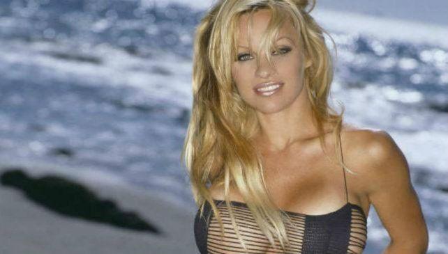 A los 49 años Pamela Anderson protagonizó un desnudo caliente para una película
