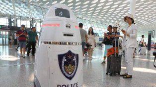 Un robot armado patrulla el aeropuerto con más tráfico de China.