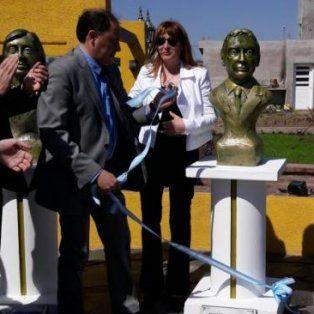 La intendenta inauguró el busto de Mauricio Macri. (Foto: gentileza Municipalidad de Villa Ascasubi)