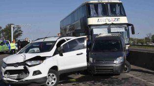 Peligro. Un colectivo desató un choque en cadena ayer en el ingreso por la autopista a Córdoba.