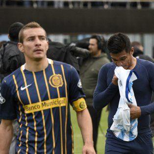 Confusión. Ruben, Teo Gutiérrez y Burgos se retiran tras el empate contra Atlético de Rafaela.