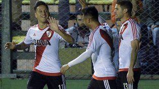¡Qué trío! Sebastián Driussi festeja y lo saludan Pity Martínez y Lucas Alario.