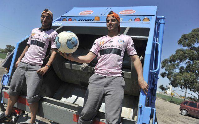 En sus labores. Gamuza y Cali Díaz se muestran felices arriba del camión y con la redonda.