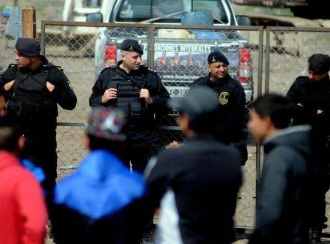 En calle Iturraspe. Custodia policial donde un capataz fue amenazado.