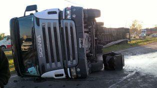 El Scania quedó volcado sobre la avenida. Fue alrededor de las 5.30
