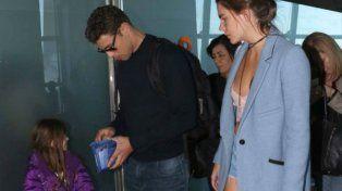Cauã Reymond junto a su hija Sofía y su novia la modelo Mariana Goldfarb en Aeroparque.