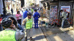 Personal de la Guardia Urbana Municipal y de la Central de Emergencias, junto al kiosco de diarios donde se produjo el derrame.