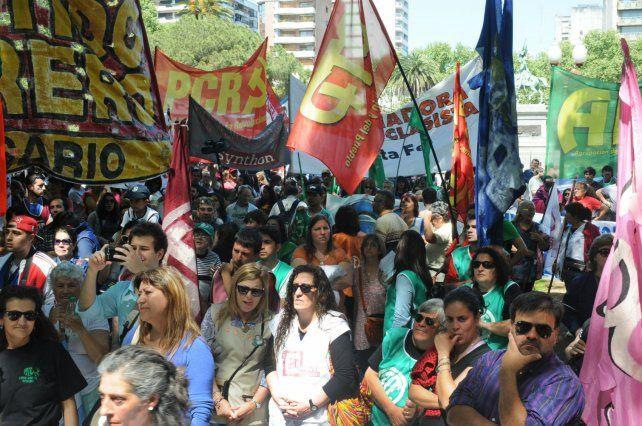 Marcha de estatales y docentes en reclamo de la reapertura urgente de las paritarias