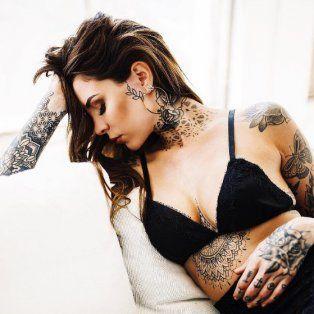 cande tinelli se tatuo una sugestiva frase en ingles en una de sus piernas y estallo instagram