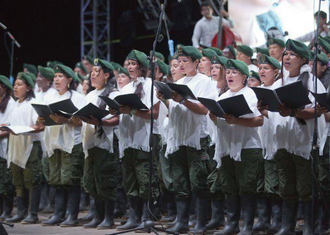 Canto revolucionario. El coro de las Farc cantó en los Llanos de Yari durante un acto por los acuerdos.