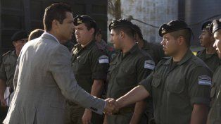 Bienvenida. El intendente de Funes, León Barreto, saludó a los gendarmes.