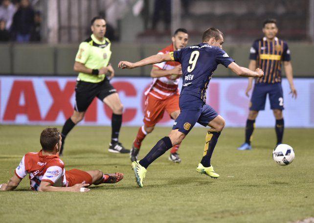 Química. Marco Ruben define ante Morón luego de una gran asistencia de Teo Gutiérrez. En Central aguardan que el capitán canalla y el colombiano entren en sintonía para que el equipo sea más agresivo y eficaz.