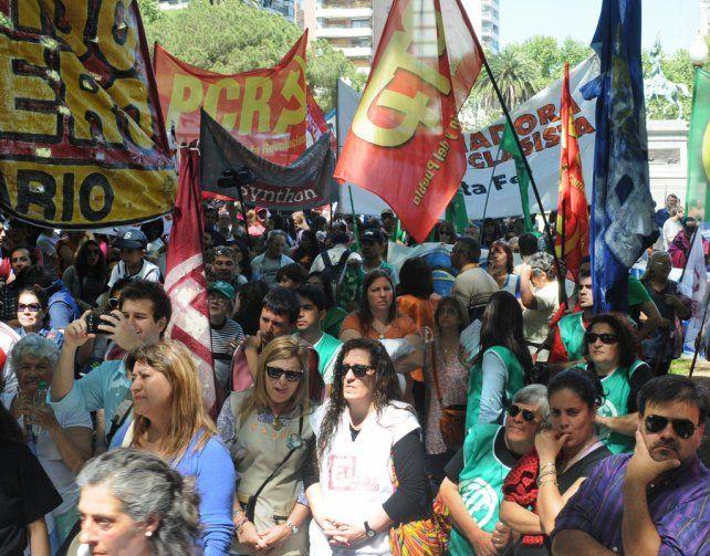 Masiva. Los docentes y estatales colmaron ayer la plaza San Martín