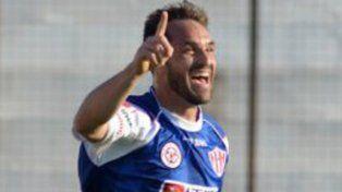 ¡Qué goleador! Iván Borghello, con 33 años, ahora festeja con camiseta paranaense.