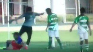 Un arquero le pegó una violenta patada en la cabeza a un rival y le fracturó el cráneo