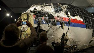El avión que se estrelló en 2014 fue derribado por un misil ruso, según la junta de investigadores.