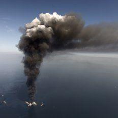 Humo profundo. La película está basada a un hecho de negligencia corporativa acaecido en 2010, cuando explotó una plataforma de petróleo en el mar.
